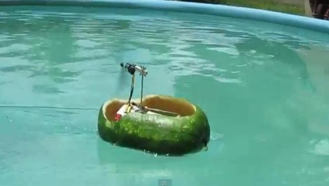 Zdalnie sterowany arbuz ! Po co latać jak można pływać.