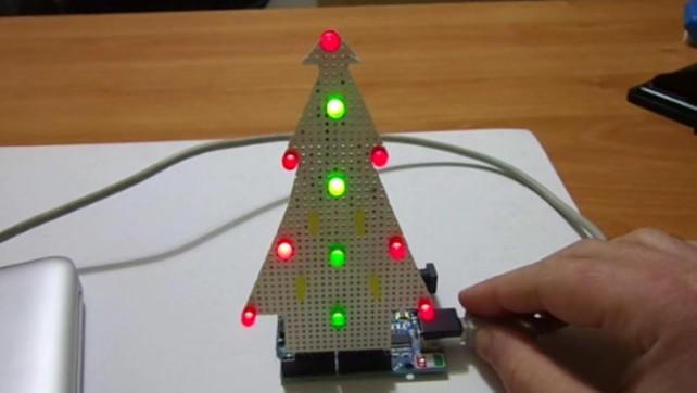 Co robi techmaniak w święta ? choinkę elektroniczną !