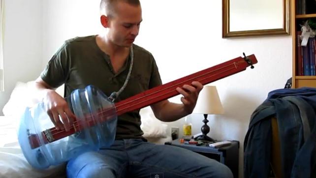 Akustyczna gitara basowa z baniaka na wodę.