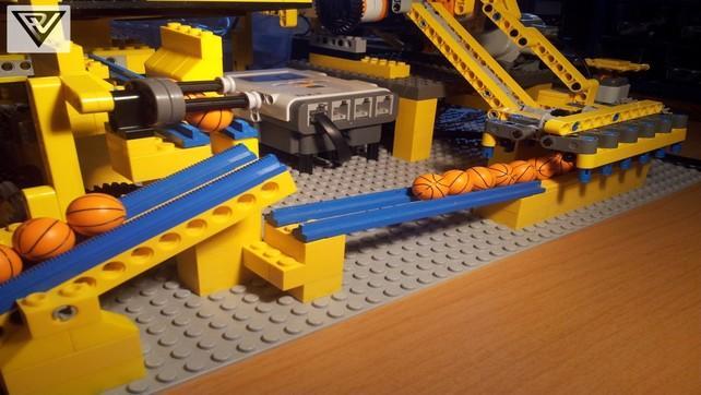Konstrukcja LEGO która utrzymuje małe kulki w ruchu