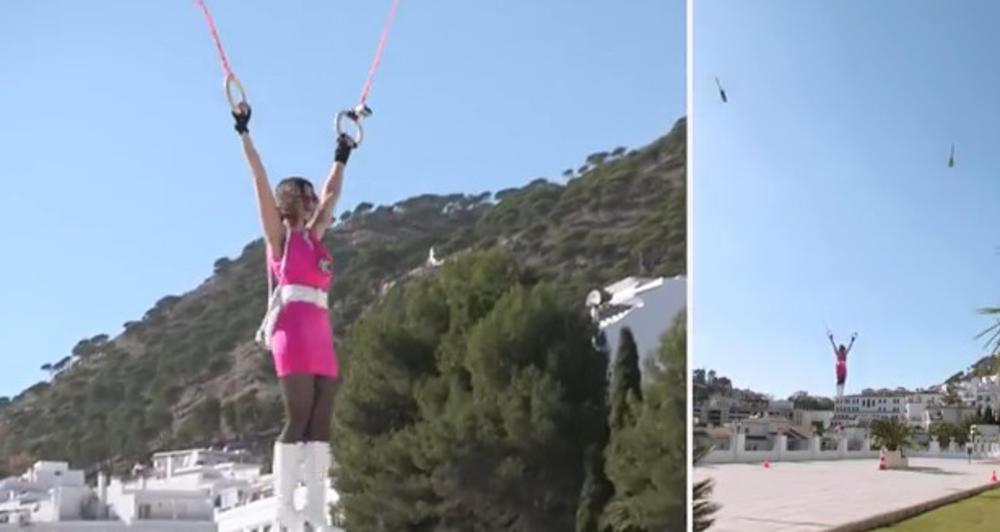 Dwa helikoptery RC unoszą kobietę