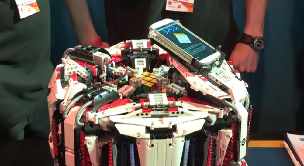 Robot lego układa kostkę Rubika w mniej niż 4 sekundy