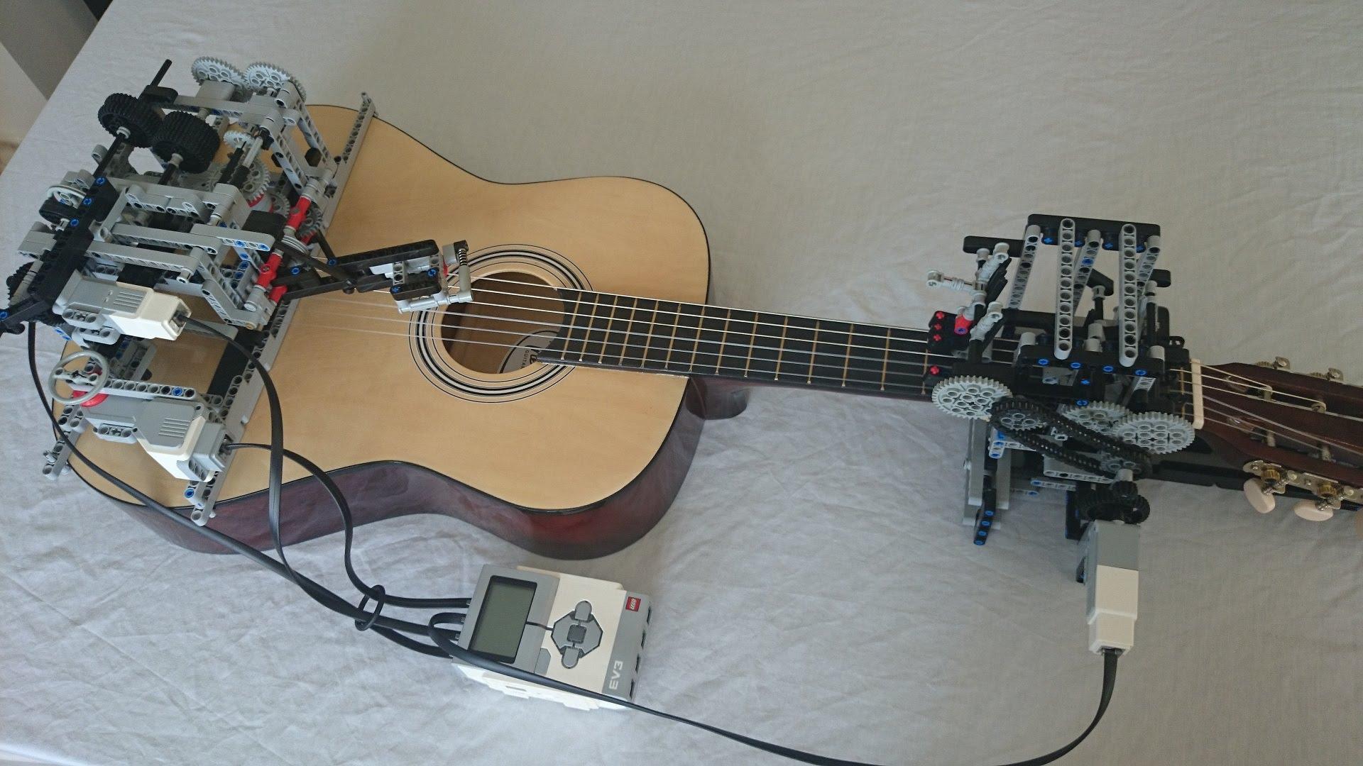 Zobacz jak Lego robot gra na gitarze